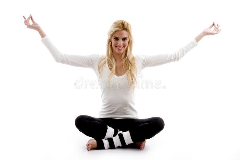 Vorderansicht der Frau in der Yogahaltung lizenzfreie stockbilder