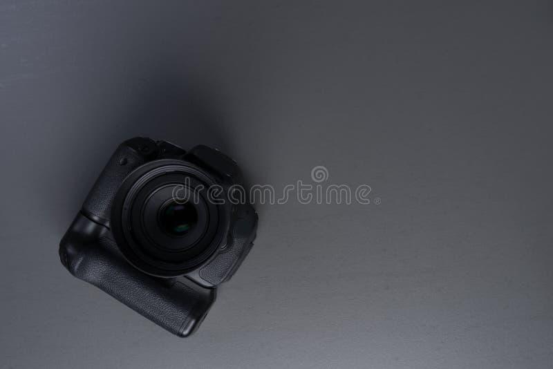 Vorderansicht der Kamera von dslr mit lense lizenzfreie stockfotos