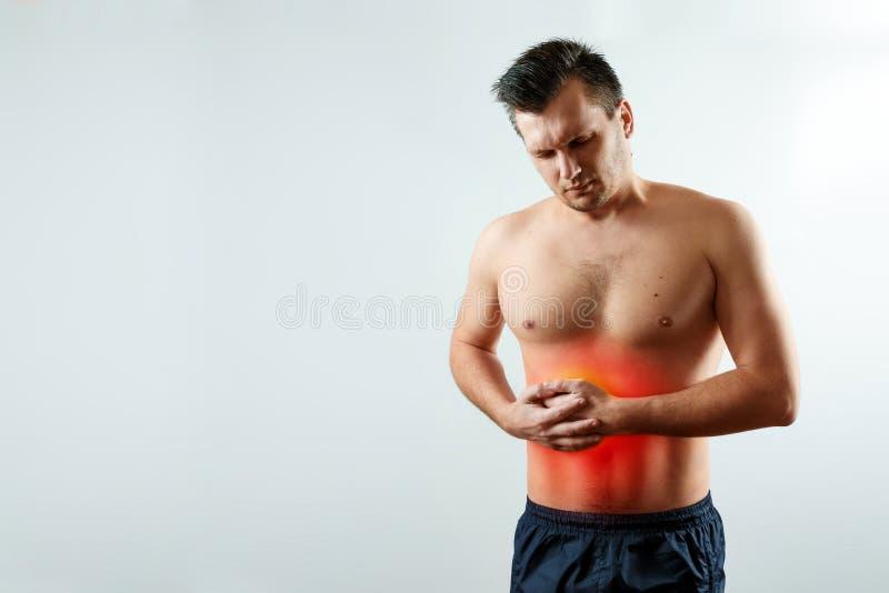Vorderansicht, der Mann hält Hände für seine Seite im Rena der Leber, Leberschmerz hervorhob im Rot, Leberzirrhose lizenzfreie stockbilder