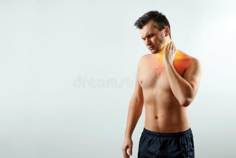 Vorderansicht, der Mann hält seine Hände hinter dem Hals, die Schmerz im Hals hervorhob im Rot lizenzfreie stockfotos