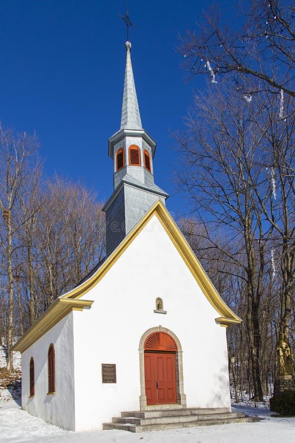 Vorderansicht der schönen weißen Kapelle Mitte des 18. Jahrhunderts, die Ste gewidmet ist Anne gegen hellblauen Himmel stockfotos