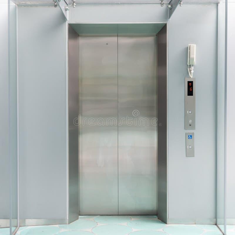 Vorderansicht des Aufzugs mit geschlossenen Türen stockfotografie