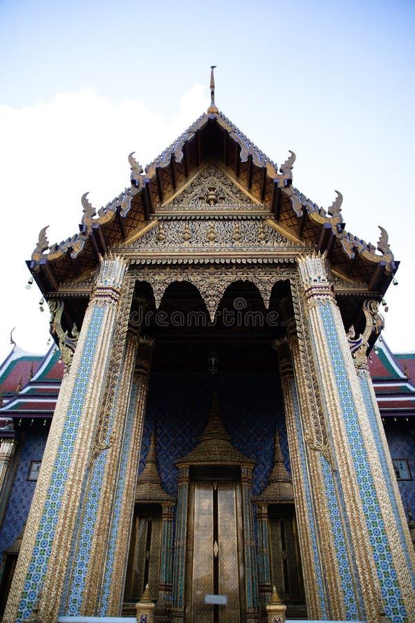 Vorderansicht des Eingangs zum Smaragdtempel in Bangkok stockfoto