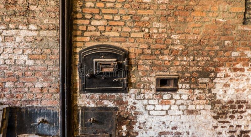 Vorderansicht des Fabrikschornsteins auf einer alten Backsteinmauer lizenzfreies stockfoto