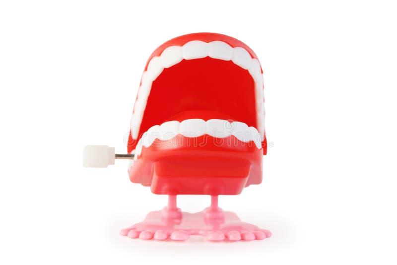 Vorderansicht des geöffneten Kiefers des Spielzeuguhrwerks auf rosafarbenen Fahrwerkbeinen lizenzfreie stockfotos