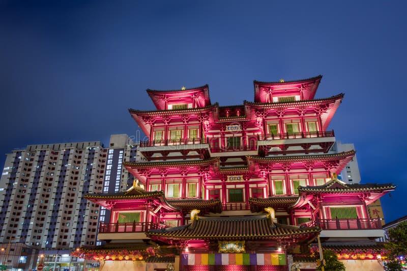 Vorderansicht des geleuchteten asiatischen Tempels - Singapur lizenzfreie stockfotos