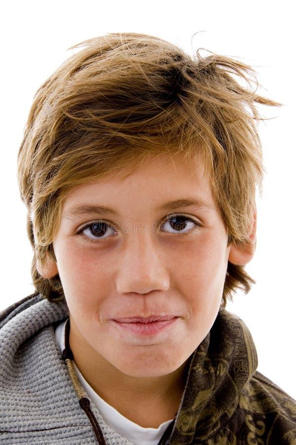 Vorderansicht des glücklichen Jungen Kamera betrachtend stockbilder