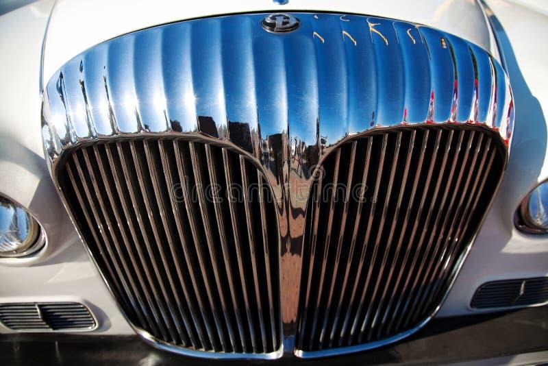 Vorderansicht des klassischen alten Autos lizenzfreies stockfoto