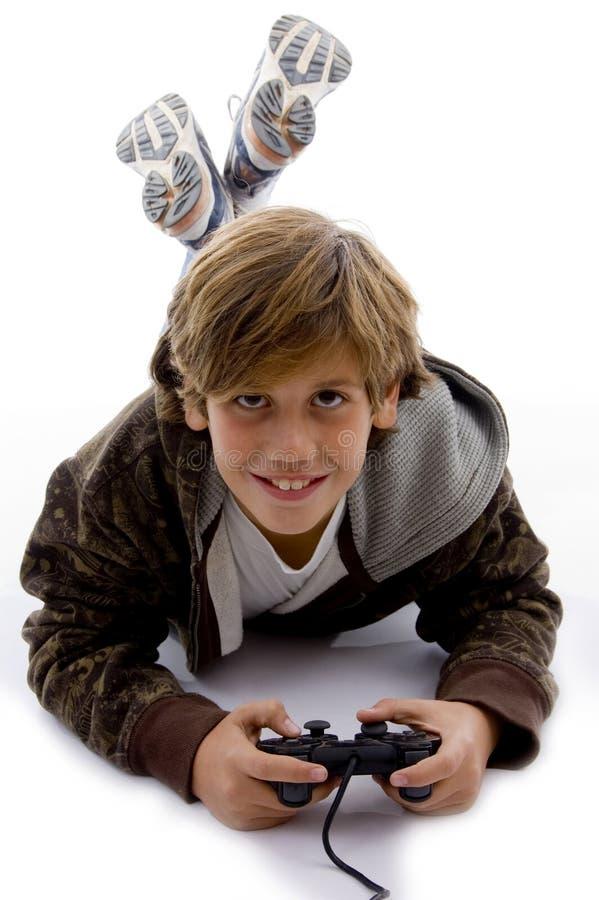 Vorderansicht des lächelnden jungen Jungen mit Steuerknüppel stockbild