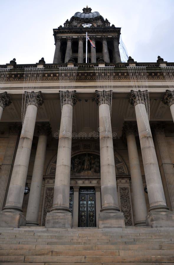 Vorderansicht des Leeds-Rathauses mit Haupttürspalten und -schritten stockbilder