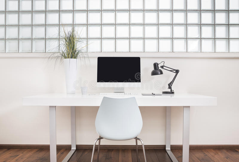 Vorderansicht des modernen Schreibtischs lizenzfreie stockbilder
