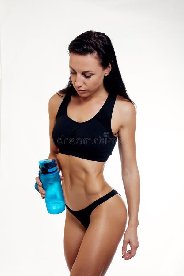Vorderansicht des Trinkwassers der dünnen Eignungsfrau stockfoto
