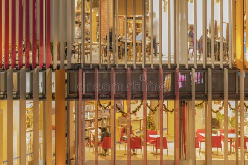 Vorderansicht des Zusammenfassungsentwurfs von Fenstern einer errichtenden Fassade mit farbige Vorhänge ligh-up stockfotos