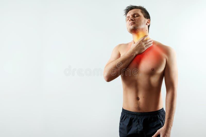 Vorderansicht, ein Mann hält seine Hände hinter seiner Kehle, Halsschmerzen hervorhob im Rot, Halsschmerzen, Grippe lizenzfreies stockbild