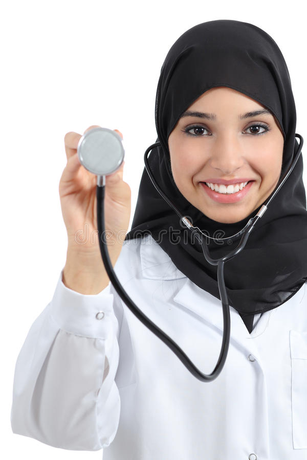 Vorderansicht einer arabischen Doktorfrau, die Stethoskop zeigt lizenzfreies stockfoto