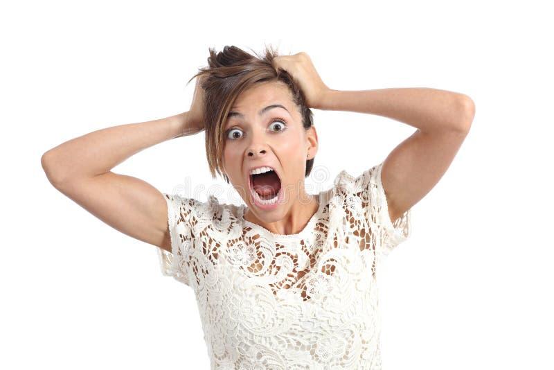Vorderansicht einer erschrockenen Frau, die mit den Händen auf Kopf schreit stockbilder