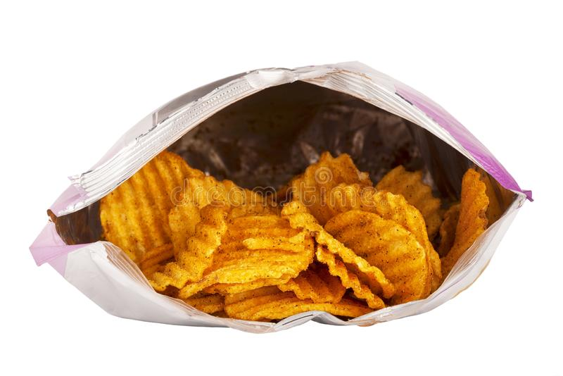 Vorderansicht einer geöffneten Tasche der Kartoffelchips lokalisiert auf Weiß lizenzfreies stockfoto