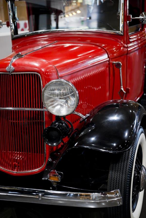Vorderansicht eines eleganten roten Retro- Autos auf Ausstellung des alten Weinleseautos lizenzfreies stockfoto