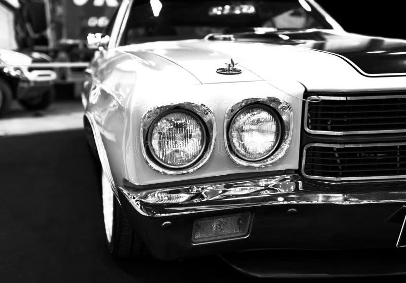 Vorderansicht eines großen Retro- amerikanischen Muskelautos Chevrolet Camaro SS Autoäußerdetails lizenzfreie stockbilder