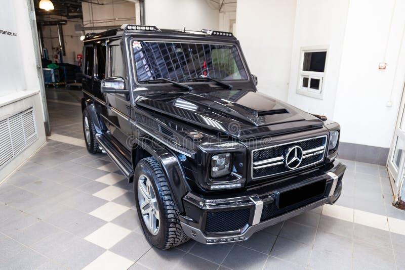 Vorderansicht Luxussehr teuren neuen schwarzen G-klasse Autos 350d Mercedes-Benzs mit brabus abstimmenden Ständen in der waschend lizenzfreie stockbilder