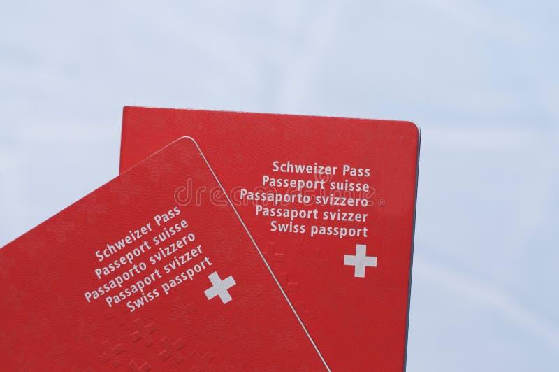 Vorderansicht Schweizer Passes zwei stockbild