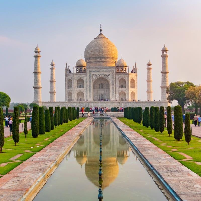 Vorderansicht Taj Mahals dachte über das Reflexionspool nach stockfotografie