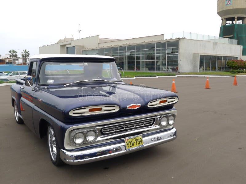 Vorderansicht von blauen Chevrolet Apache 10 in Lima lizenzfreie stockfotografie