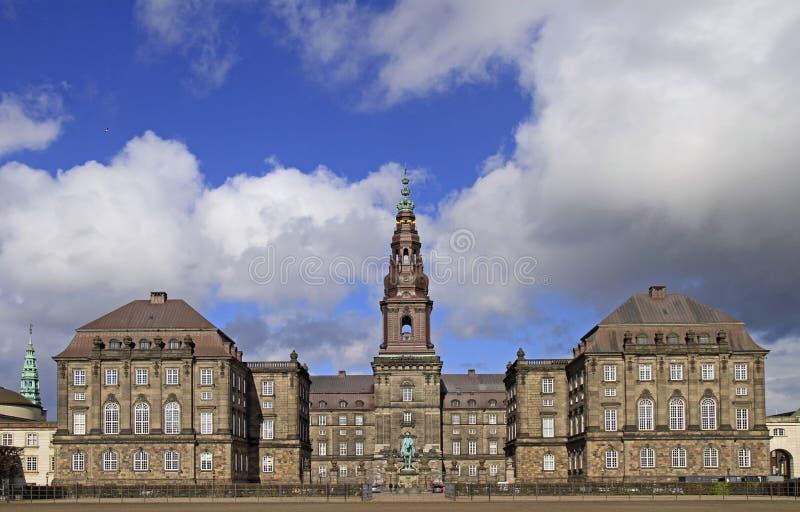 Vorderansicht von Christianborg-Palast in Kopenhagen stockfotos