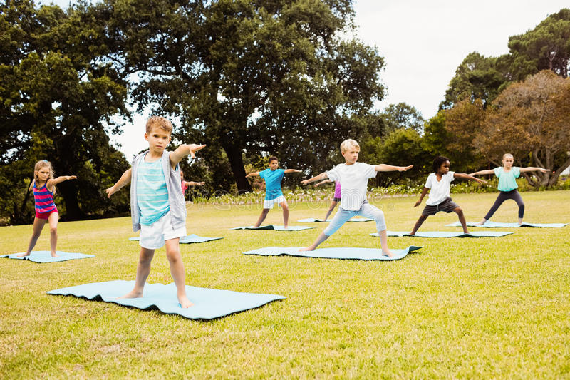 Vorderansicht von den Kindern, die Yoga tun lizenzfreies stockfoto