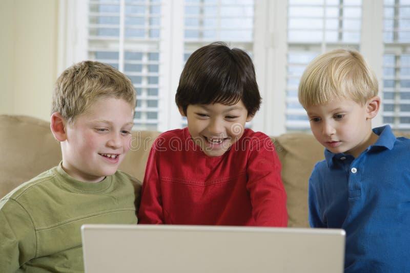 Vorderansicht von drei netten Jungen stockbilder