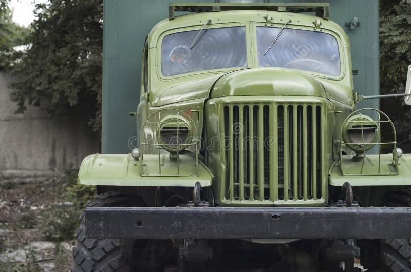 Vorderansicht von einem alten Militär-LKW stockfotografie