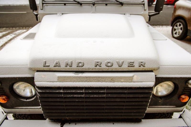 Vorderansicht von Land Rover alles Geländefahrzeug stockbilder