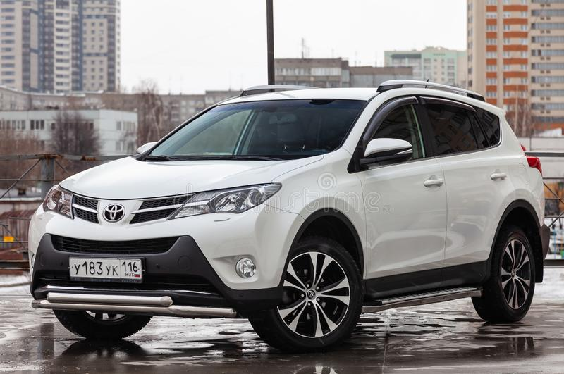 Vorderansicht von Toyota RAV4 2015-j?hrig in der wei?en Farbe nachdem dem S?ubern vor Verkauf auf Parken Selbstdienstleistungsind lizenzfreies stockbild