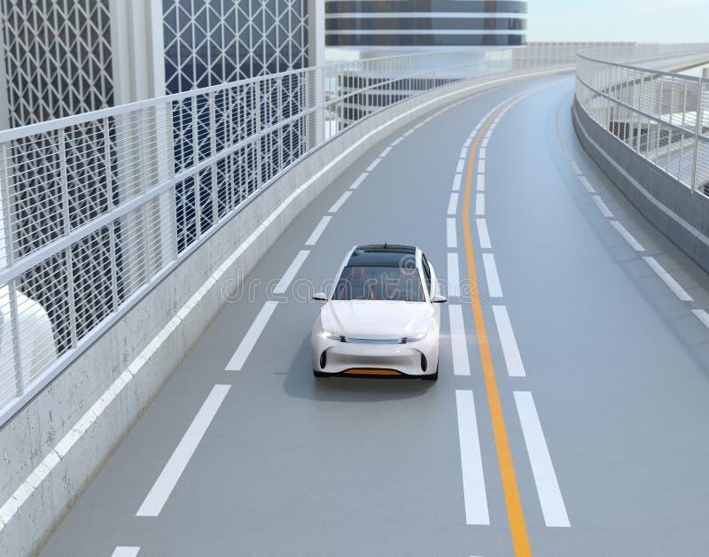 Vorderansicht von weißem elektrischem SUV, das auf der Autobahn fährt lizenzfreie abbildung