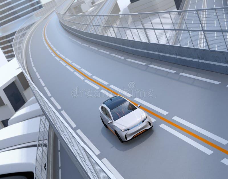 Vorderansicht von weißem elektrischem SUV, das auf der Autobahn fährt stock abbildung