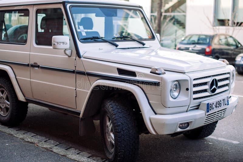 Vorderansicht von weißem Mercedes-Benz G-klasse lizenzfreies stockbild
