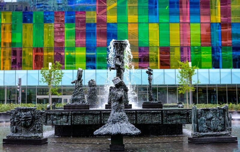 Vordere Aspektansicht von einem modernen, IT basierte das Gebäude und Büros, welche die farbigen Glasfenster zeigen stockfoto