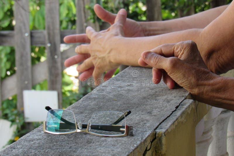 Vordere Brille auf einem Balkon neben der Hand lizenzfreie stockbilder