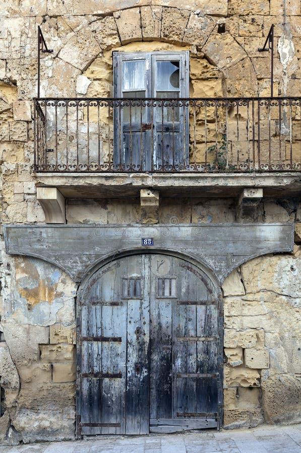 Vordere darstellende Garage und Fenster des Altbaus über Balkon lizenzfreies stockfoto