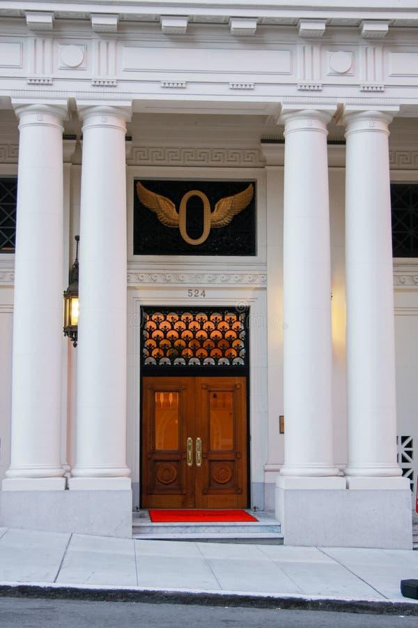 Vordere Holztür des klassischen Gebäudes mit vier Säulen lizenzfreie stockfotografie