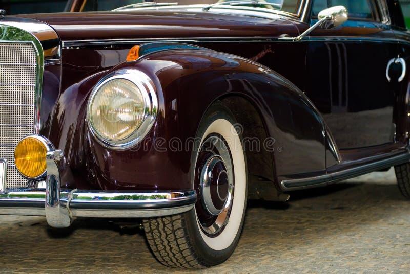 Vordere Leuchten des Weinlese-Mercedes-Autos lizenzfreie stockfotografie