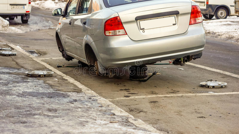 Vordere Scheibenbremse nach Wiederaufbauenoberfläche auf Auto auf einer Straße lizenzfreie stockfotos