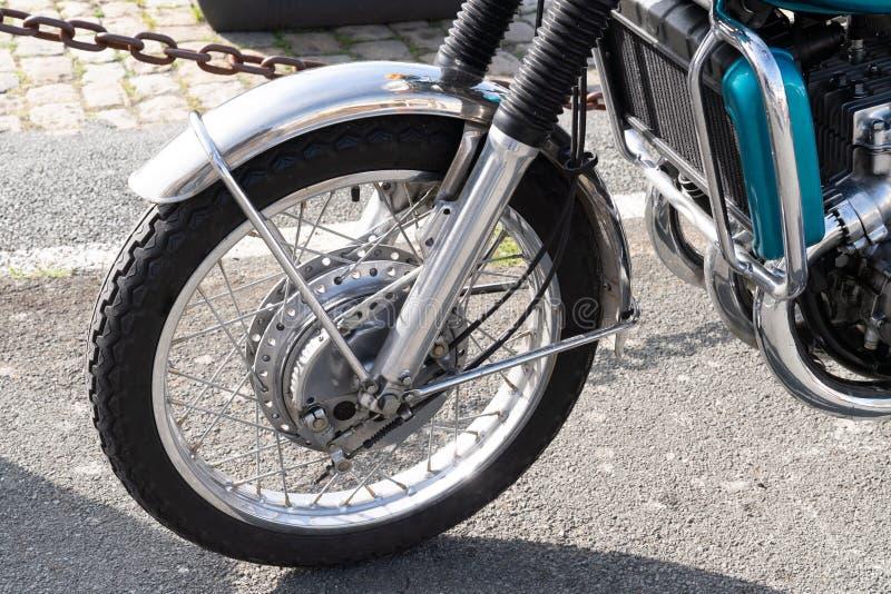 Vordere Weinlese Motorrad-Radspeichen mit Bremsanlage lizenzfreie stockfotos