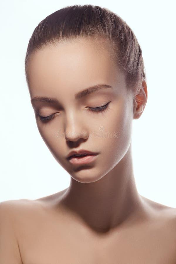 Vorderes Porträt des schönen Gesichtes mit den schönen geschlossenen Augen - lokalisiert auf Weiß lizenzfreie stockfotografie