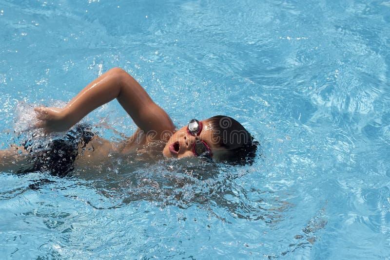 Vorderes Schleichen des asiatischen Jungen schwimmt im Swimmingpool lizenzfreies stockbild