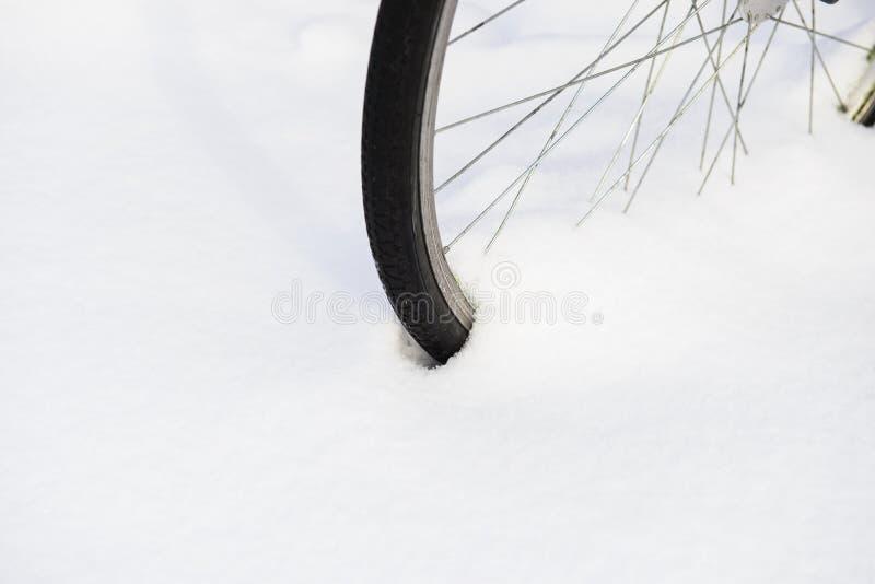 Vorderrad des Fahrrades im Pulverschnee stockfotografie
