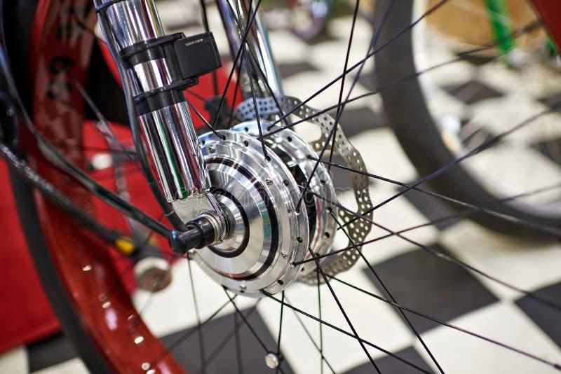 Vorderrad mit Elektromotor des modernen Fahrrades lizenzfreies stockbild