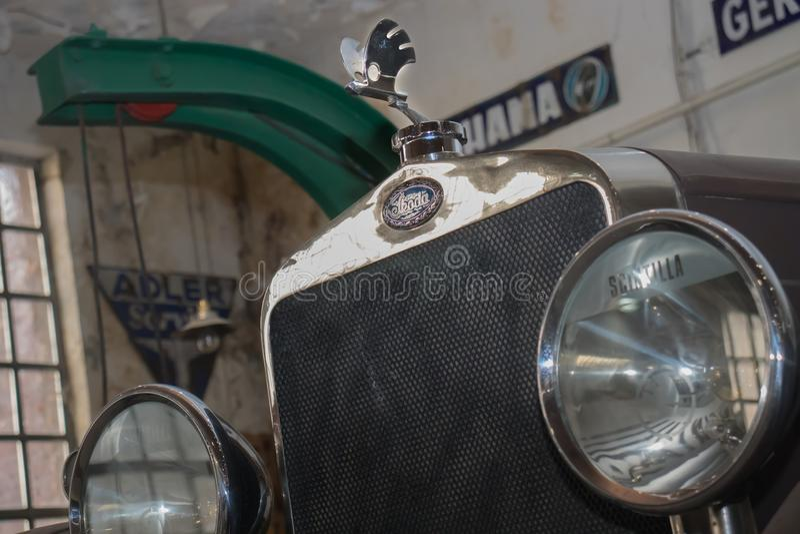 Vorderseite alter Timer Skodas, im Belgrad-Auto-Museum, Serbien stockbild