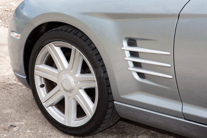 Vorderseitee Ansicht des grauen Sportwagens lizenzfreies stockfoto