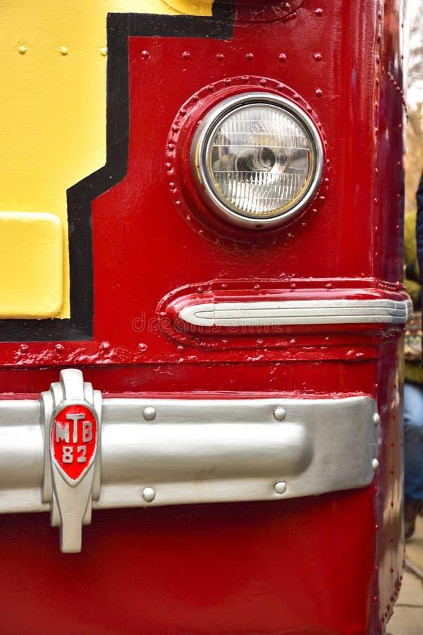 Vorderteil einer rot-gelben Tram, Tramlampenabschluß oben, seltene Tram stockfotografie
